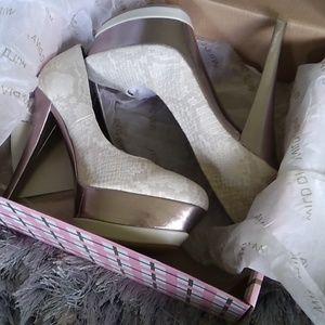 Wild diva sz 7  heels .cream and silver NWT.